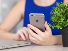 femme avec un iphone